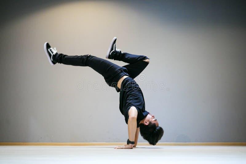 Asiat Breakdancer-perfrom Bboy-Frostbewegung lizenzfreie stockfotos
