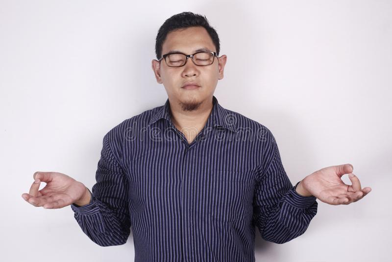 Asiat Busnessman, das Entspannungsyoga tut lizenzfreie stockbilder