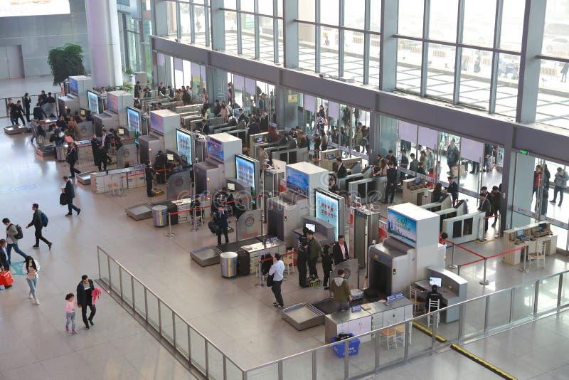 Asiat China, die Eingangshalle der zentralen Bahnhofs-Flughafensicherheitsstation Shanghais Hongqiao und der Scan schützen Kontro stockbilder