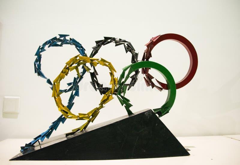 Asiat China, Peking, chinesisches Wissenschaft und Technik Museum, Innenskulptur, der Ring der Olympischen Spiele fünf lizenzfreie stockfotos