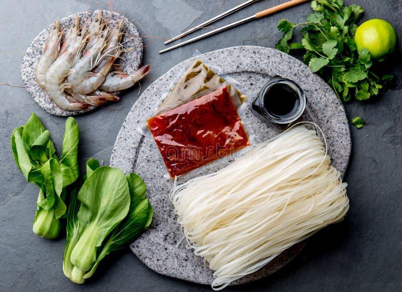 Asiat, der Bestandteile kocht: Reisnudeln, pok choy, Soßen, rohe Garnelen Chinesische oder thailändische Küche des asiatischen Le lizenzfreie stockfotos
