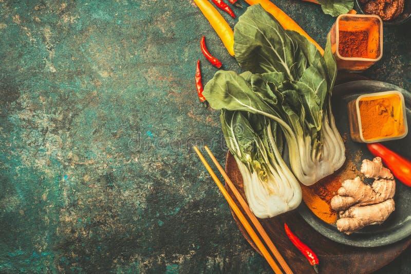 Asiat, der Bestandteile mit Essstäbchen auf Weinlesehintergrund, Draufsicht kocht lizenzfreies stockbild