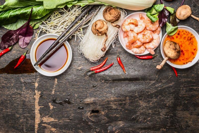 Asiat, der Bestandteile mit Sojabohnenöl und süß-saure Soße und Essstäbchen auf rustikalem Hintergrund, Draufsicht kocht lizenzfreie stockfotografie