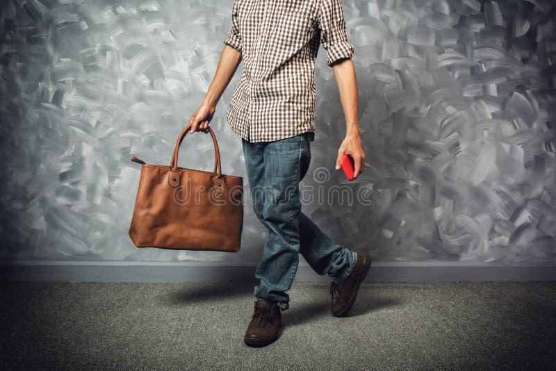 Asiat des jungen Mannes des Reisenden mit Ledertasche lizenzfreies stockbild