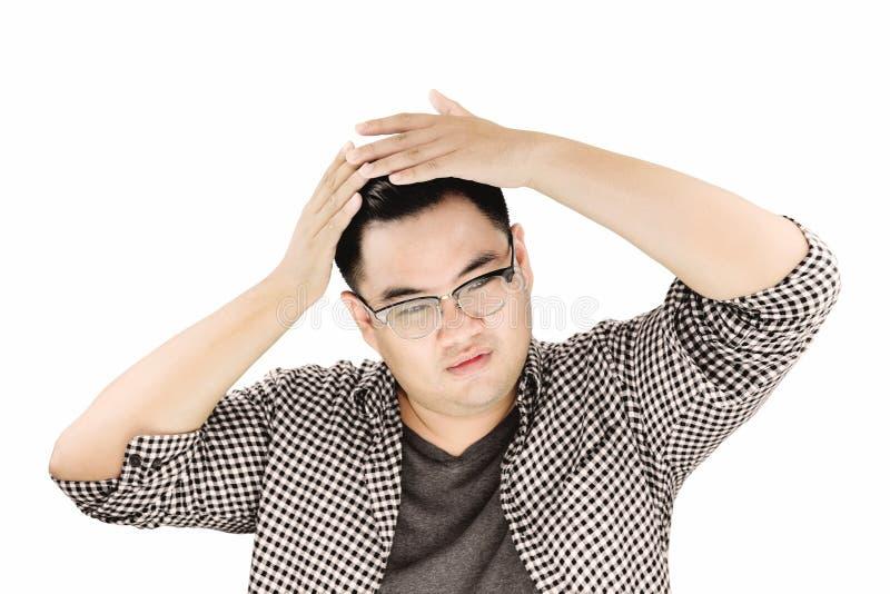 Asiat Guy Combing sein Haar durch die Hände, lokalisiert auf weißem Hintergrund stockfotografie