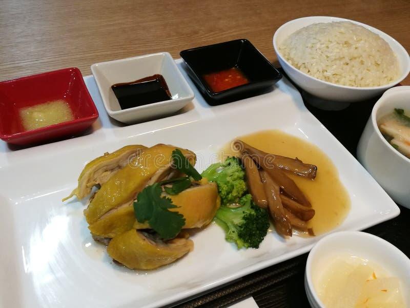 Asiat Hainanese-Hühnerreissatz, thailändischer Feinschmecker dämpfte Huhn mit Reis, Suppe, Brokkolipilz und Gewürzpaprikaknoblauc lizenzfreie stockfotos