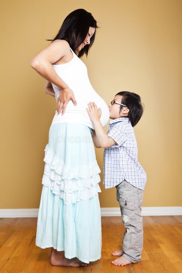 asiat henne gravid son för moder royaltyfria foton