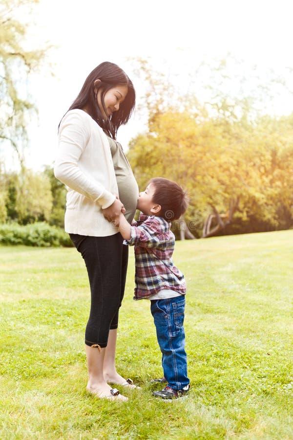 asiat henne gravid son för moder royaltyfri bild