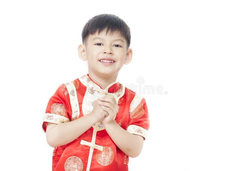 Asiat Little Boy, das Ihnen glückliches Chinesisches Neujahrsfest mit auf Whit wünscht lizenzfreie stockbilder