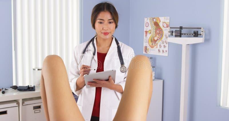 Asiat OBGYN som undersöker den gravida patienten royaltyfria foton