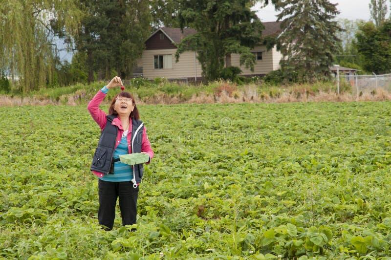 asiat som äter den lyckliga jordgubbekvinnan royaltyfri bild