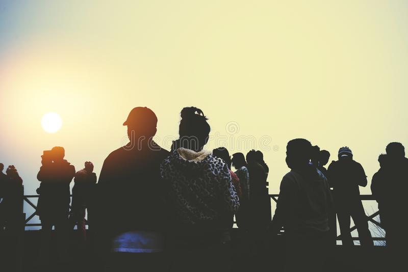 Asiaten verbringen erholsame Ferien Die Leute schauen morgens auf die Sonne Stehen Sie auf dem Berg für Sonnenaufgang lizenzfreie stockfotografie