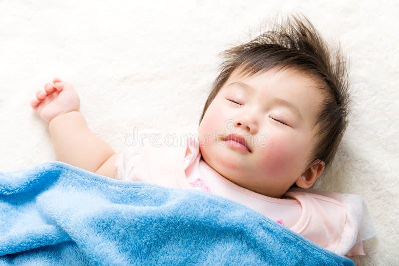 Asiatet behandla som ett barn att sova royaltyfri fotografi