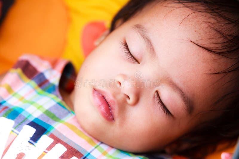 Asiatet behandla som ett barn att sova för flicka arkivbilder
