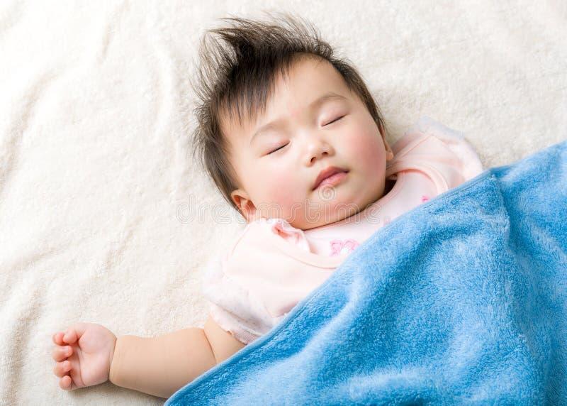 Asiatet behandla som ett barn att sova för flicka fotografering för bildbyråer