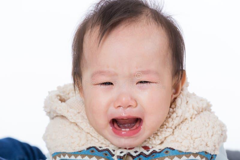 Asiatet behandla som ett barn flickagråt royaltyfri bild