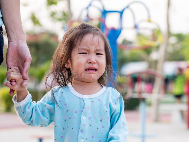Asiatet behandla som ett barn flickagråt royaltyfria foton