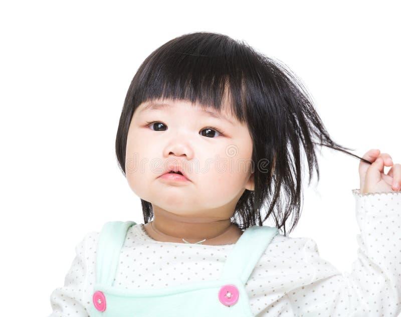 Asiatet behandla som ett barn flickahandlaghår royaltyfri bild