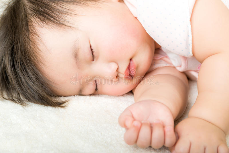 Asiatet behandla som ett barn flickan faller sovande arkivfoto