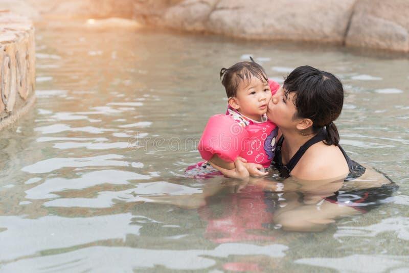 Asiatet behandla som ett barn flickan och modern royaltyfri fotografi