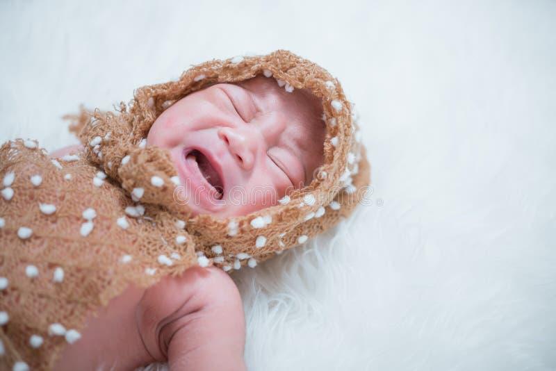 Asiatet behandla som ett barn nyfödd gråt fotografering för bildbyråer