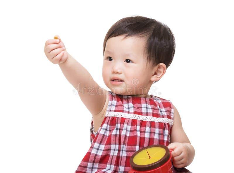 Asiatet behandla som ett barn upp den mellanmålasken och handen för flicka den hållande arkivbild