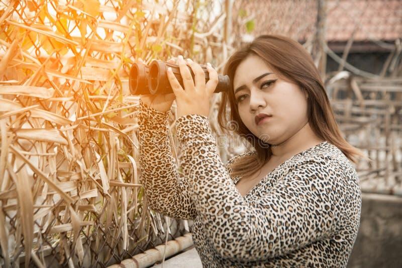 Asiatet plus den sexiga, feta och överviktiga långa hårmodellen för formatet som är kvinnlig i klänningar, poserar för att rymma  arkivbilder