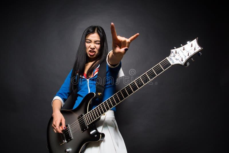 Asiatet vaggar stjärnadamen i studio royaltyfri bild