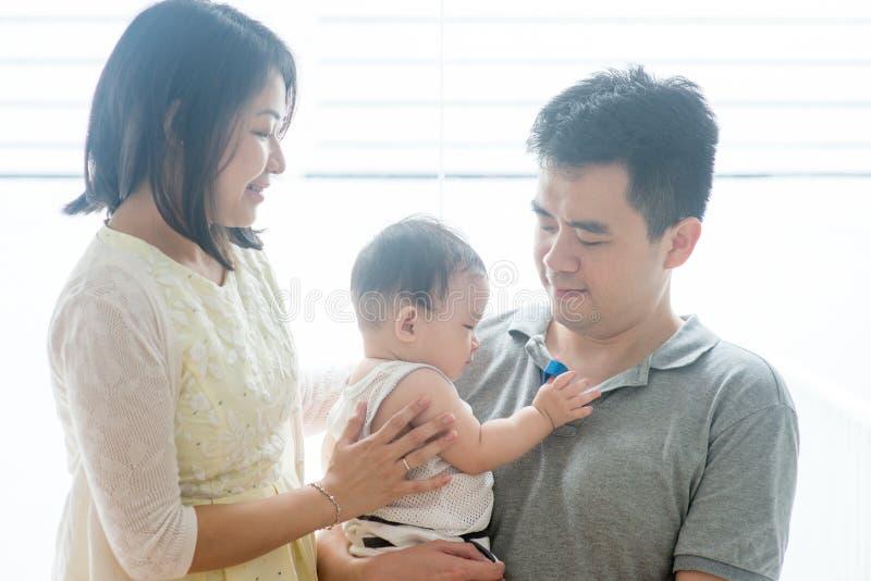 Asiatföräldrar och behandla som ett barn sonen royaltyfria bilder