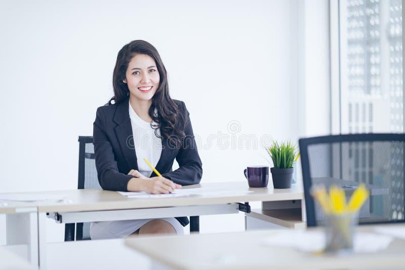Asiatici della donna di affari giovani iniziano sugli imprenditori, capo femminile fotografie stock