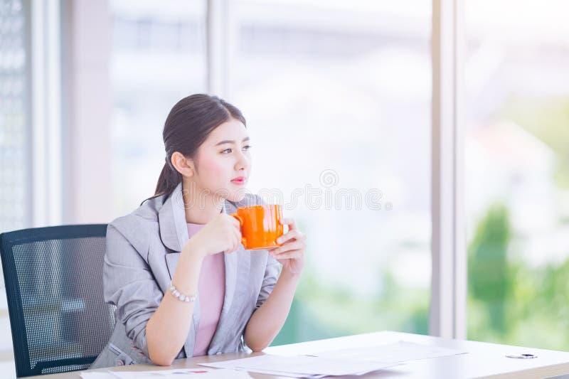 Asiatici della donna di affari giovani iniziano sugli imprenditori, femmina dirigono fotografia stock
