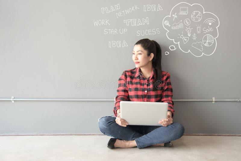 Asiatico della gente dei giovani ed adulti che per mezzo del computer portatile per informazione, immagini stock libere da diritti