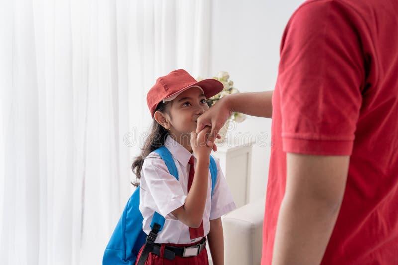 Asiatico la mano di suo padre del bambino bacio prima di andare a scuola fotografie stock