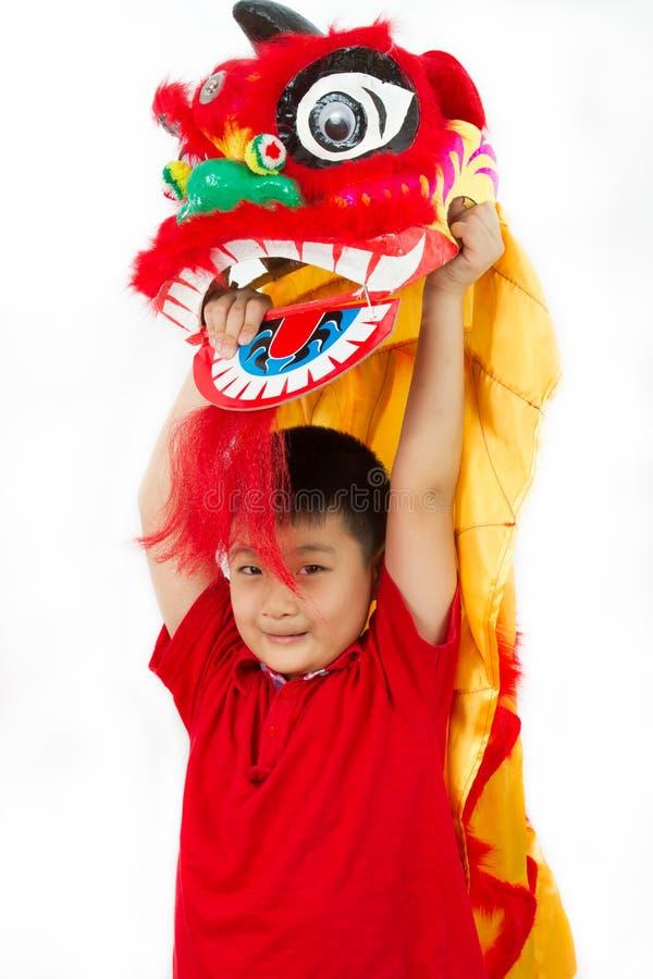 Asiatico Little Boy in cinese il Ne di Lion Custome Dance During Chinese fotografia stock libera da diritti