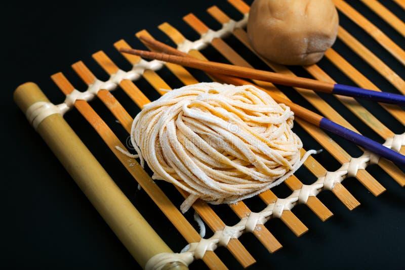 Asiatico orientale casalingo crudo fresco dell'alimento, tagliatelle cinesi dell'uovo dalla o fotografia stock libera da diritti