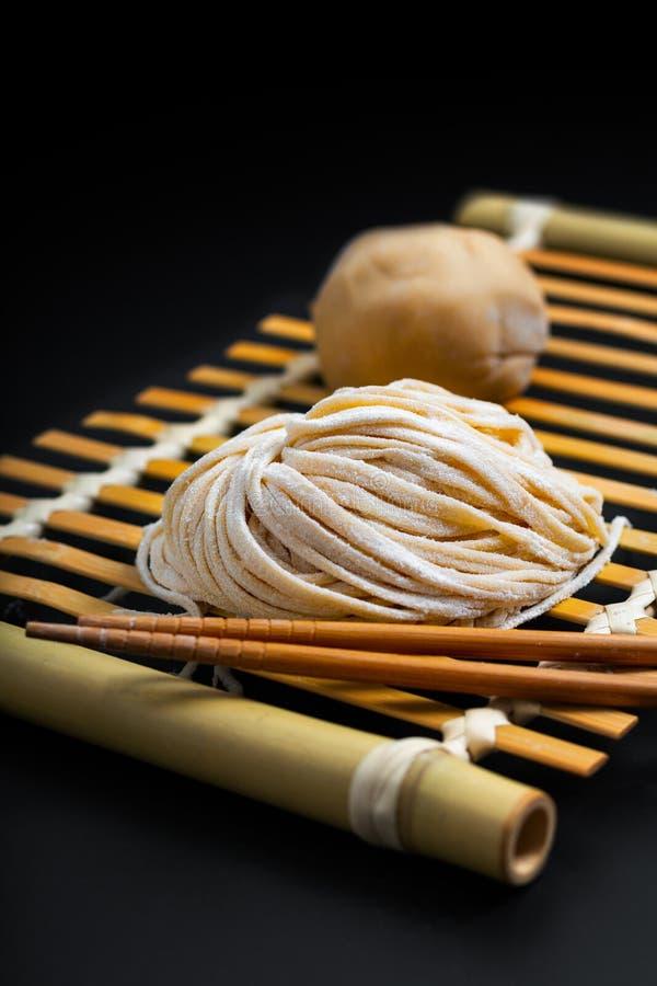 Asiatico orientale casalingo crudo fresco dell'alimento, tagliatelle cinesi dell'uovo dalla o immagini stock