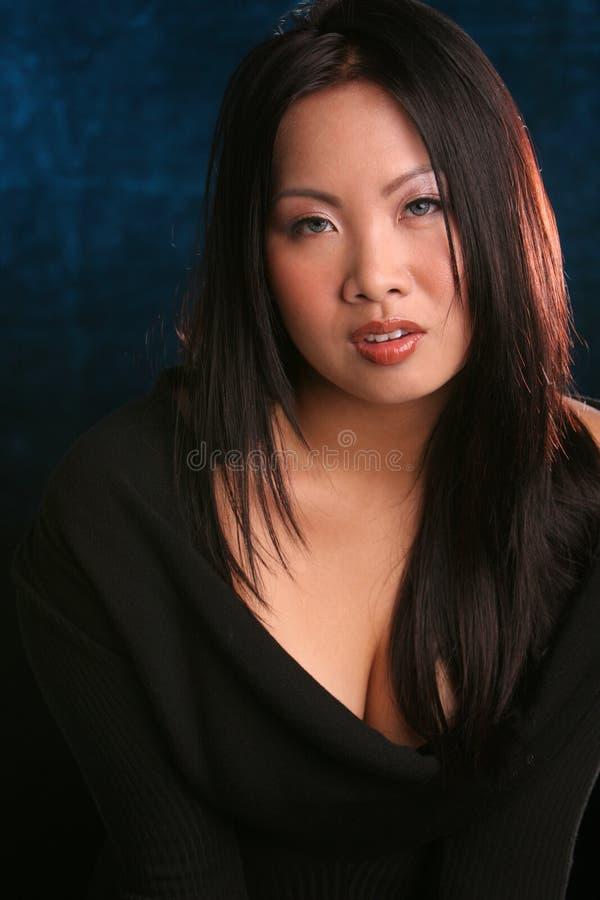 Asiatico su priorità bassa blu fotografia stock