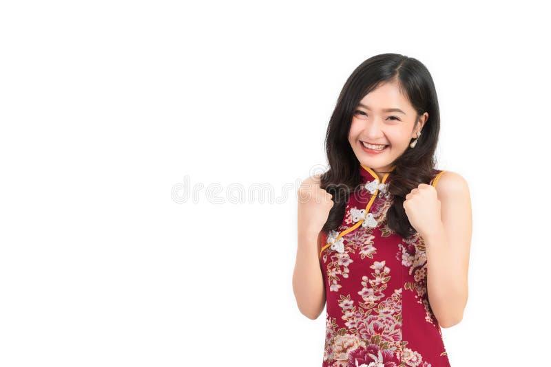 Asiatin, die das chinesische Kleidergefühl aufgeregt oder cheongsam, qipao Lächeln trägt stockbilder