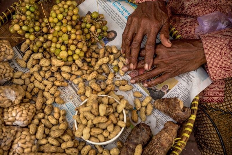 Asiatin, die Erdnüsse verkauft stockfotografie