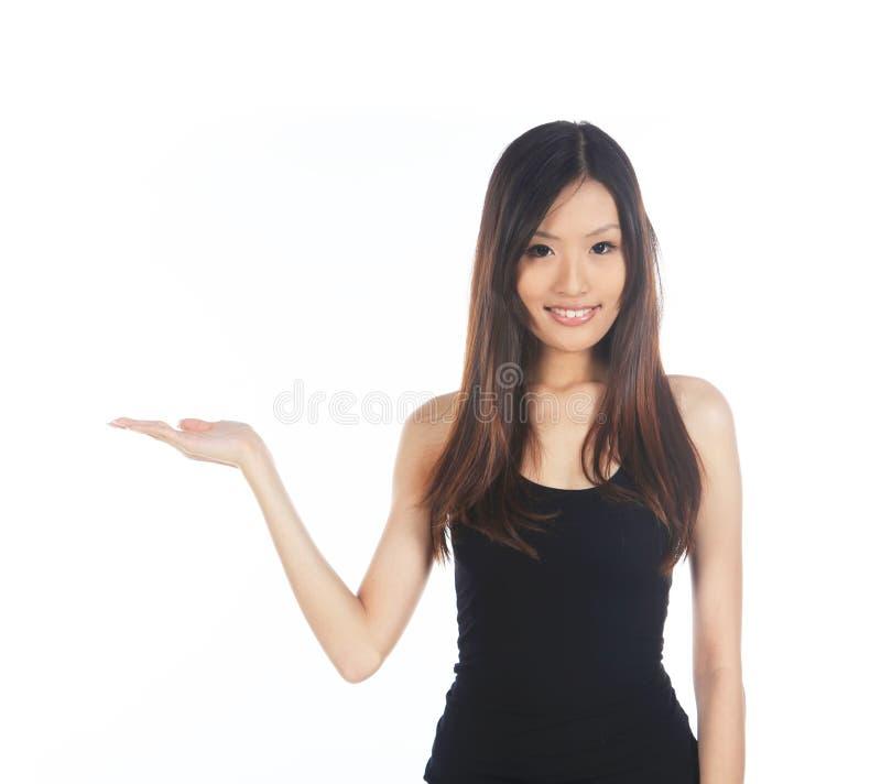 Asiatin, die heraus Hand hält lizenzfreie stockfotografie