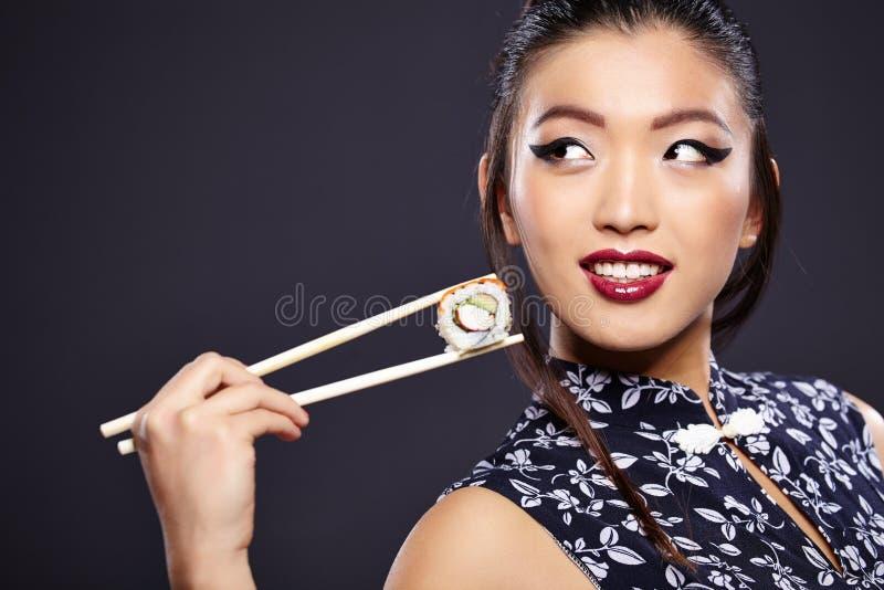 Asiatin, die Sushi isst, lizenzfreies stockfoto