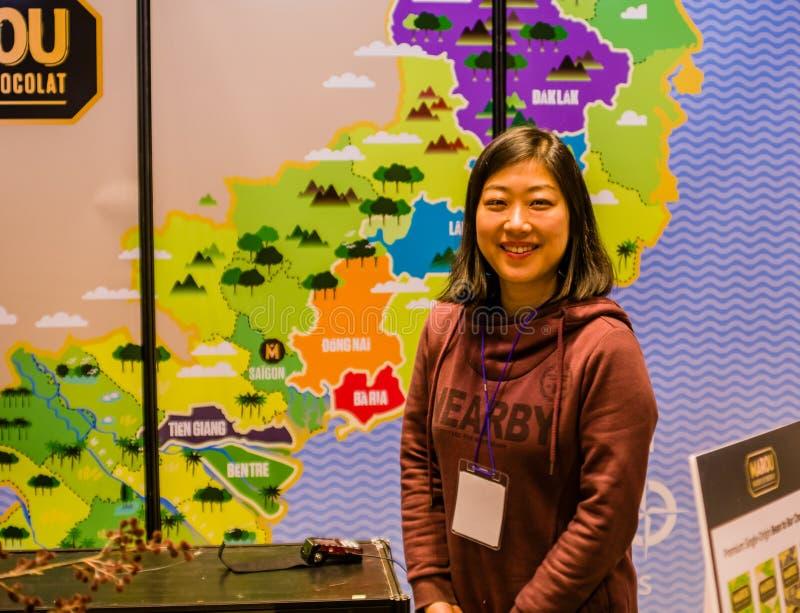 Asiatin, die vor bunter Karte aufwirft lizenzfreie stockfotos