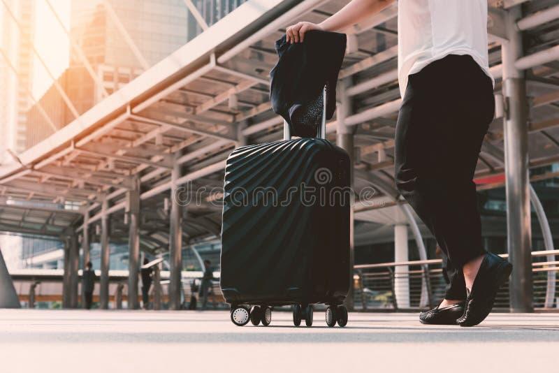 Asiatin, die zum Flughafenabfertigungsgebäude mit Gepäck geht Geschäft t stockbilder