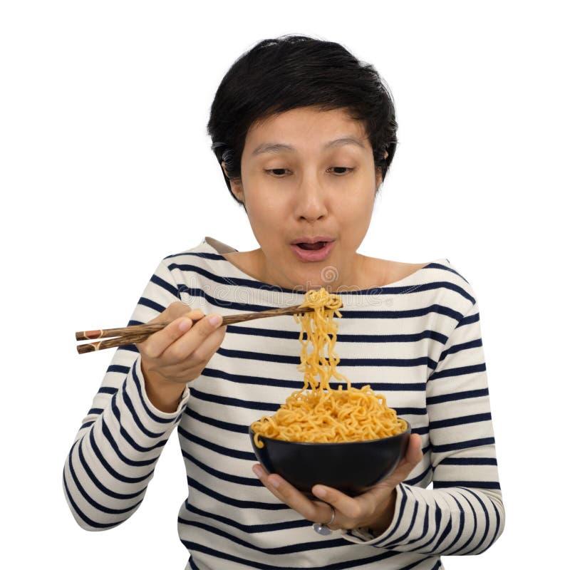 Asiatin-Gefühl glücklich, sofortige Nudeln zu essen lizenzfreies stockbild