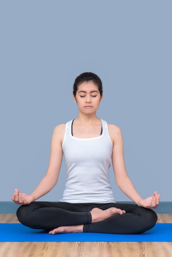 Asiatin halten Ruhe und meditieren beim Üben von Yoga stockfoto