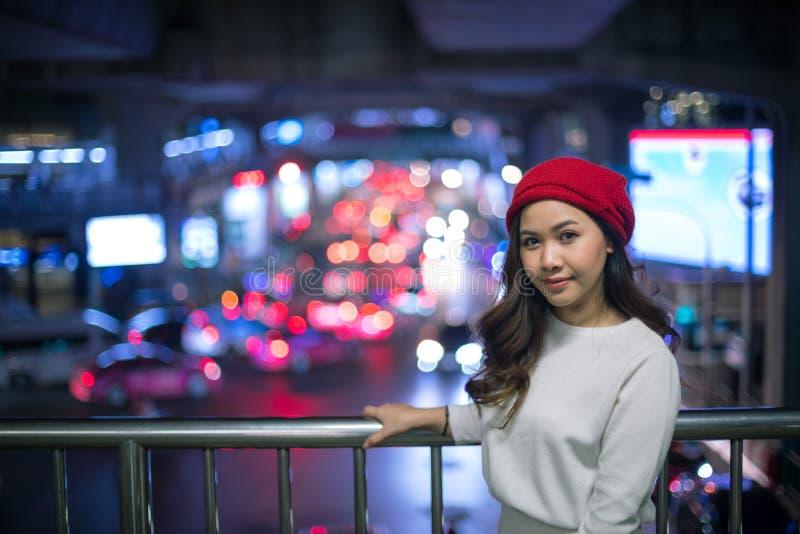 Asiatin, im Freien in der Nacht stockbild