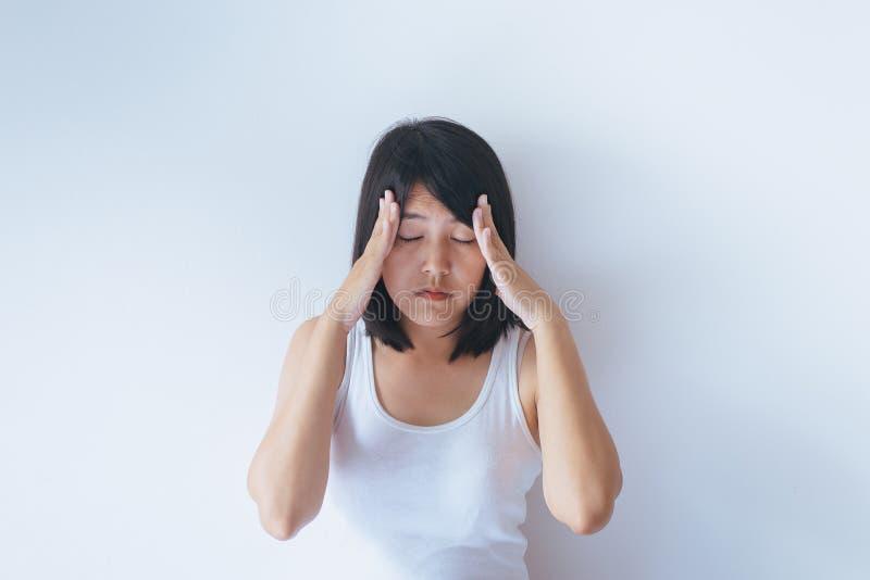 Asiatin lassen Kopfschmerzen nach morgens aufwachen stockbild