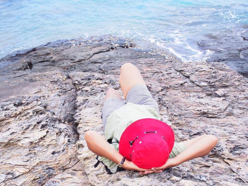 Download Asiatin Mit Dem Roten Hut, Der Am Sommerstrand Sich Entspannt Stockbild - Bild von meer, rückseite: 96931065