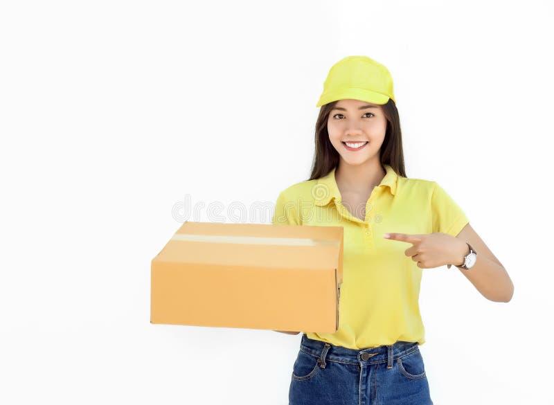 Asiatin mit einheitlichem Reihenvertretungs-Paketkasten stockfoto