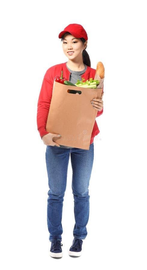Asiatin mit Produkten in der Papiertüte auf weißem Hintergrund LebensmittelZustelldienst stockfotografie